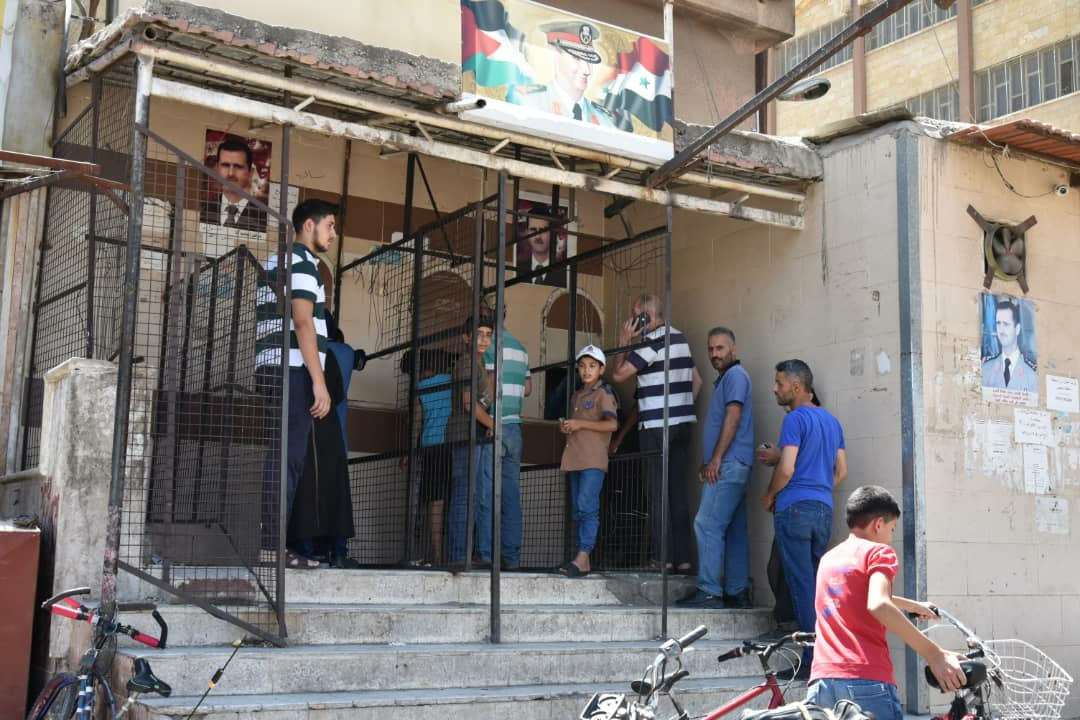 مواطنون يصطفون أمام أحد مخابز العاصمة دمشق للحصول على الخبز، 30/ 6/ 2021 (وزارة التجارة الداخلية وحماية المستهلك)