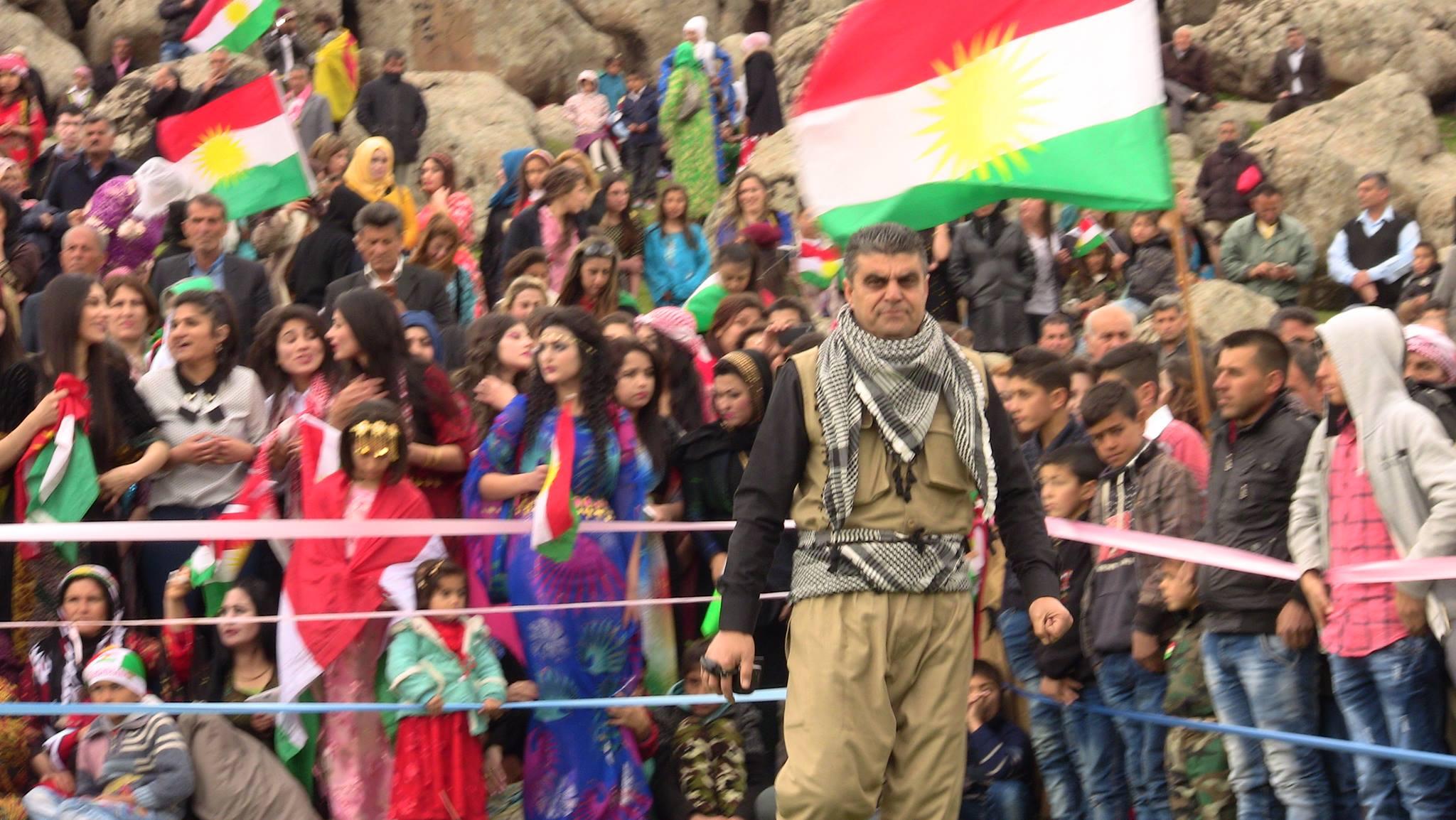 الصحافي برزان حسين يشارك في مناسبة كردية بمحافظة الحسكة شمال شرق سوريا، 27/11/2017 (إنترنت)