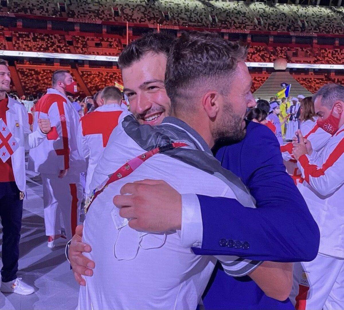صورة متداولة على مواقع التواصل الاجتماعي، تظهر عناق الأخوين محمد وعلاء ماسو، خلال افتتاح أولمبياد 2020، في العاصمة اليابانية طوكيو، الجمعة 23/ 7/